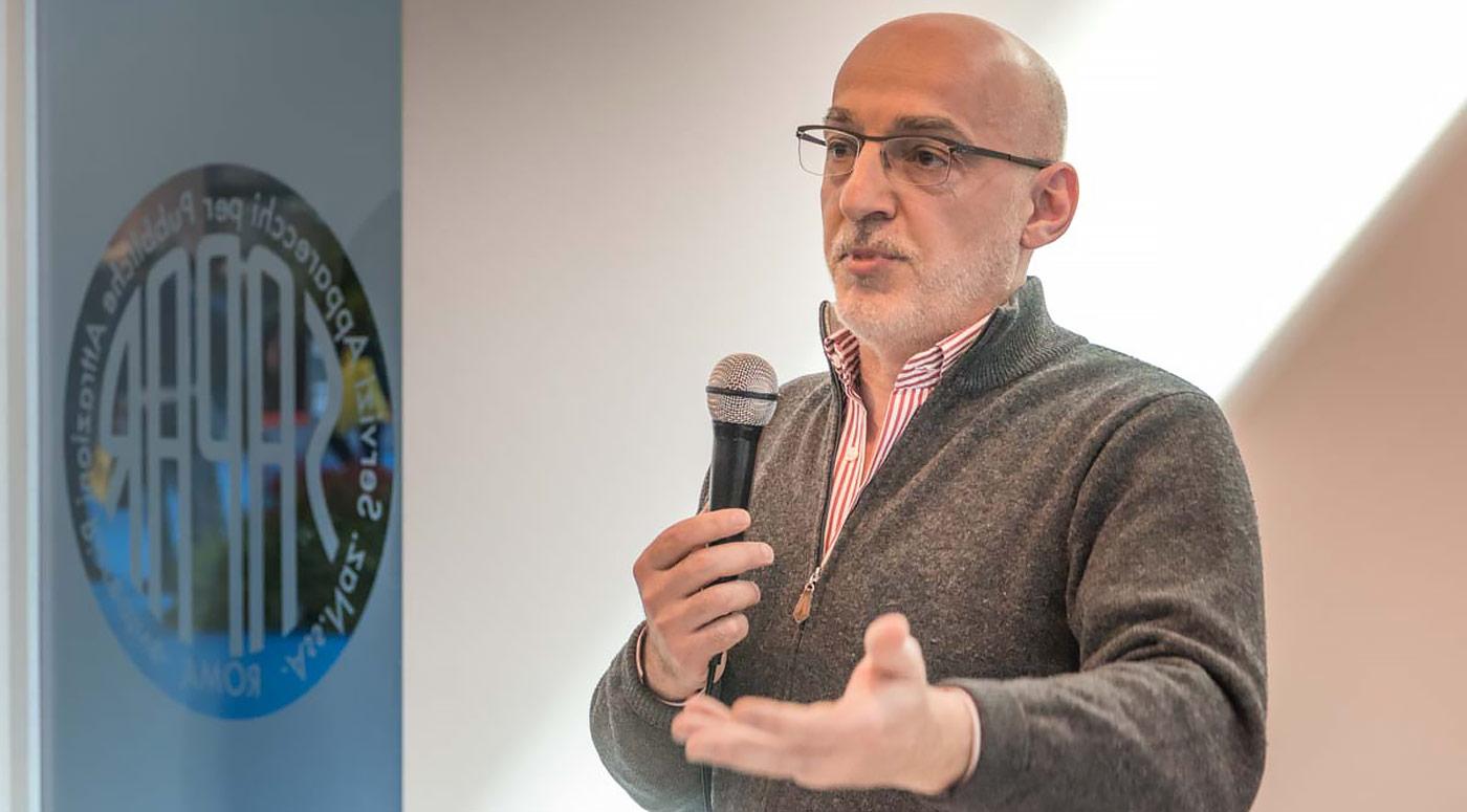 Giovanni Mattia, profesor asociado de la Universidad de Roma, dando a conocer los primeros datos de la investigación