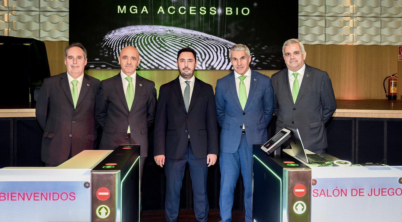 Equipo de MGA Industrial con Enric Sanahuja, vicepresidente de MGA, y Artur Porta, director General de MGA Industrial, en el centro de la imagen