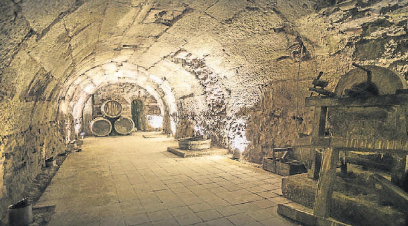 Aspecto actual de uno de los calados que se conservan bajo el actual edificio del Casino. :: J. R. / La Rioja